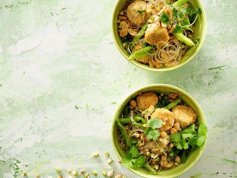 Przepis: Makaronowa sałatka z indykiem, fasolką szparagową i kolendrą