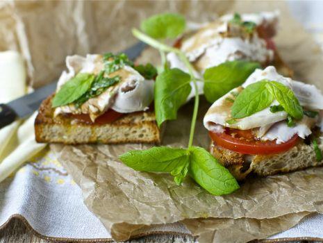 Przepis: Bruschetta ze schabem wieprzowym, octem balsamicznym, pomidorem i miętą