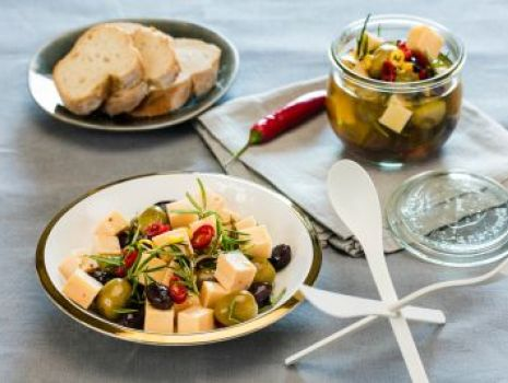 Przepis: ser marynowany w ziołach