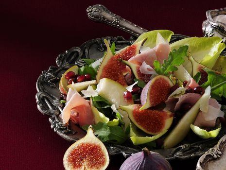 Przepis: Sałatka z szynką, gruszkami, figami i granatem