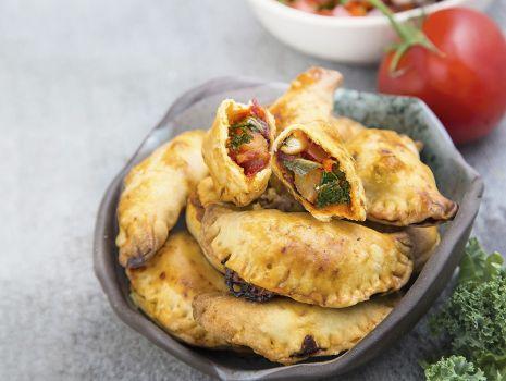 Przepis: Pieczone empanadas z salsą pomidorowo-paprykową