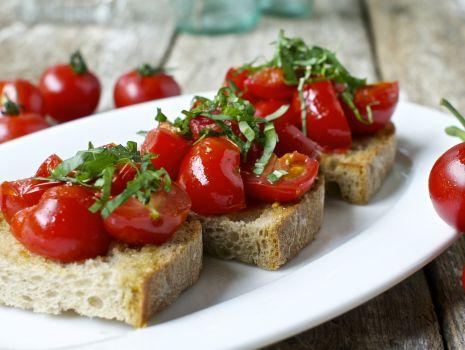 Przepis: Bruschetta z czosnkiem, pomidorem i bazylią