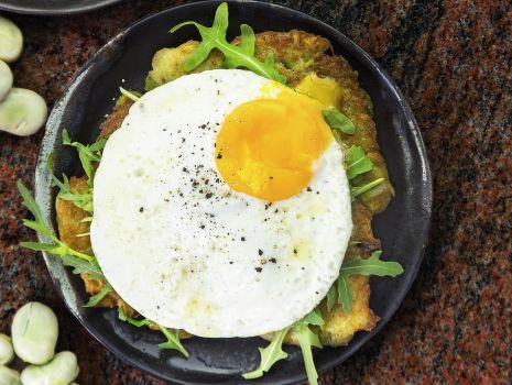 Przepis: Placki ziemniaczane podawane z rukolą i jajkiem sadzonym