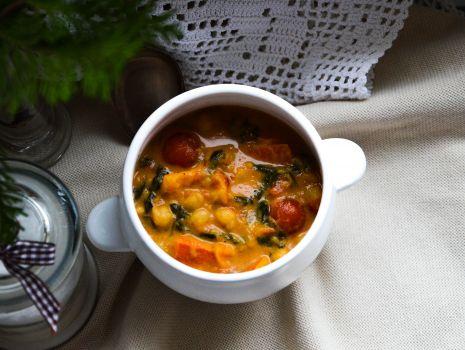 Przepis: Curry ze szpinakiem, ciecierzycą i dynią