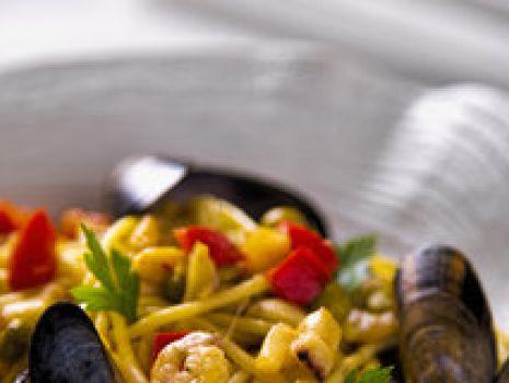 Przepis: Spaghetti w szafranowym sosie z owocami morza