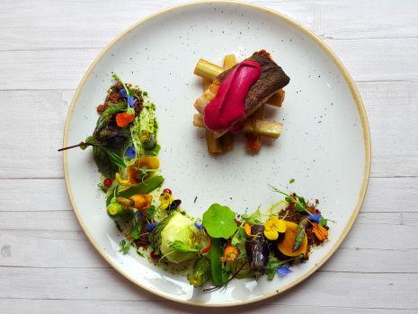 Przepis: Polędwica z dorsza na glazurowanym rabarbarze z dodatkiem pianki buraczanej i warzywek.