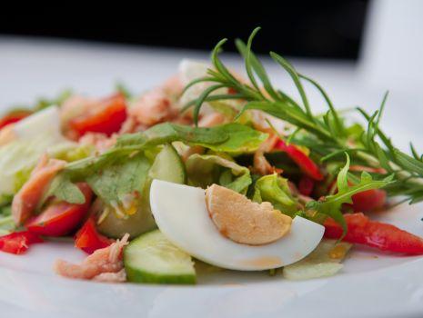 Przepis: Wielkanocna fit sałatka ze słodkim winegretem, jajkiem i łososiem przepisu Konrada Gacy