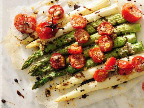 Przepis: Pieczone szparagi z parmezanem i pomidorkami