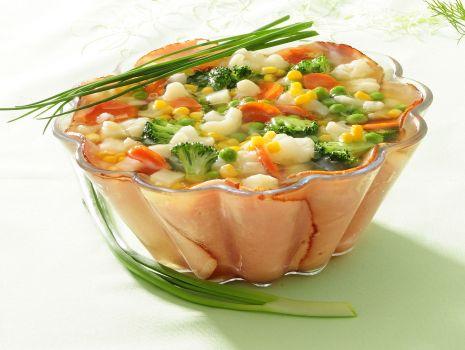 Przepis: Galareta z warzywami i szynką