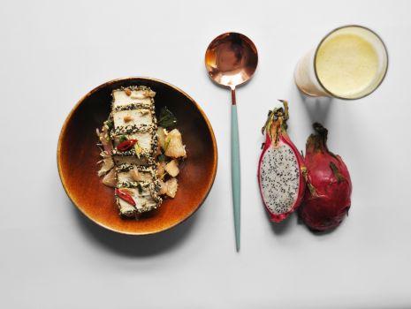 Przepis: To-fu marynowane w sosie sojowym z sezamem, pomelo i chilli + lemoniada z marakui