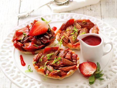 Przepis: Rabarbarowe tartaletki z truskawkowym coulis