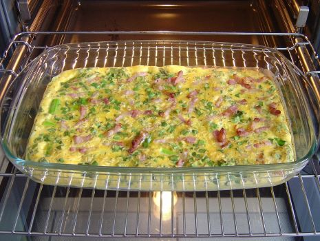 Przepis: Szparagi zapiekac w nagrzanym piekarniku, aż masa się zetnie - omlet posypać po wierzchu świeżym tymiankiem.