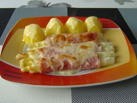 Przepis: Szparagi można podać z purée ziemniaczanym lub gotowanymi ziemniakami.