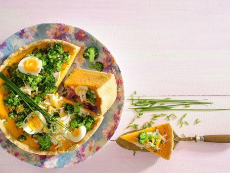 Przepis: Sernik marchewkowy z siekanym jajem, szczypiorem i brokułem