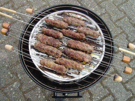 Przepis: Rozpalić grill ogrodowy i doprowadzić do mocnego żarzenia - grillować przez 15-20 minut często obracając - aż mięso będzie miękkie.
