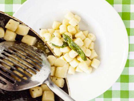 Przepis: Gnocchi z masłem szałwiowym