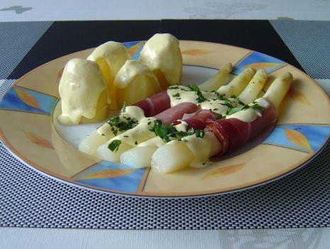 Przepis: Szparagi na talerzu polać gorącym sosem holenderskim i posypać natką pietruszki.