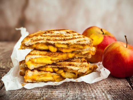 Przepis: Tostowe wariacje – kanapka z serem żółtym i karmelizowanymi jabłkami