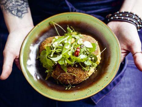 Przepis: Falafele z kaszy jaglanej z hummusem marchewkowym i sałatką ze świeżych ziół