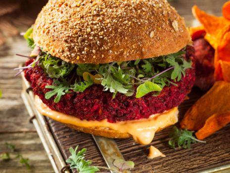 Przepis: Wegetariańskie barbecue: Soczyście warzywne burgery z buraka