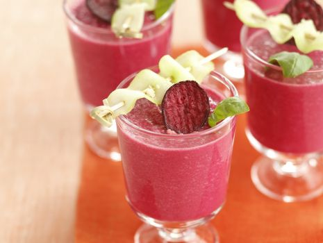 Przepis: Buraczane gazpacho z migdałami i kozim jogurtem
