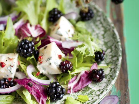 Przepis: Sałatka z niebieskim serem pleśniowym i jeżynami
