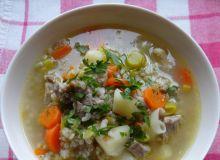 Krupnik z kaszy jęczmiennej z warzywami i mięsem