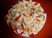 Sałatka z kalafiorem,pomidorem i jajkiem.