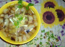 Zupa czosnkowa z serem i grzankami