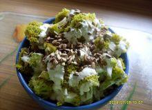 Sałatka brokułowa z prażonym słonecznikiem