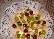 camembert_i_roquefort_na_krakersach_z_winogronami