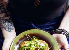 Falafele z kaszy jaglanej z hummusem marchewkowym i sałatką ze świeżych ziół