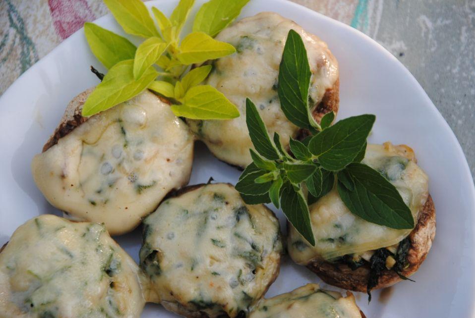 Pieczarki z grilla faszerowane rukolą z serem żółtym