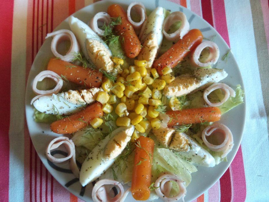 Sałatka z szynką i kukurydzą