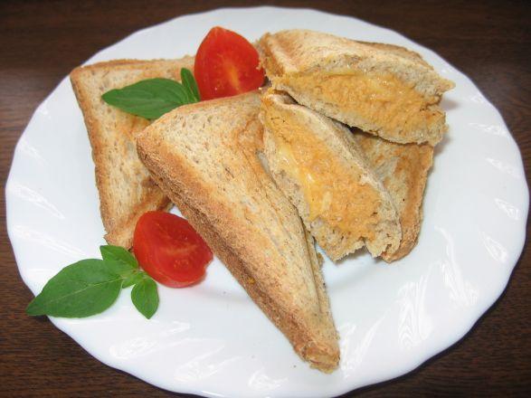 Sandwich z pastą kurczakowo-imbirowo-serową