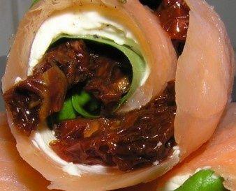 Roladki z łososia i suszonych pomidorów