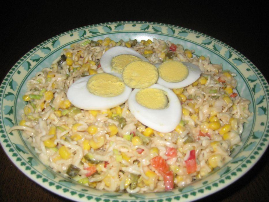 Salatka z zupek chinskich z porem.