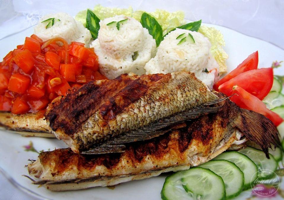 Ryba z grilla z ryżem i marchewką.