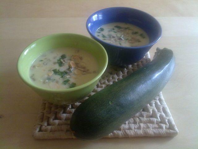 Zupa krem z cukini z prażonymi płatkami migdałowymi i słonecznikiem