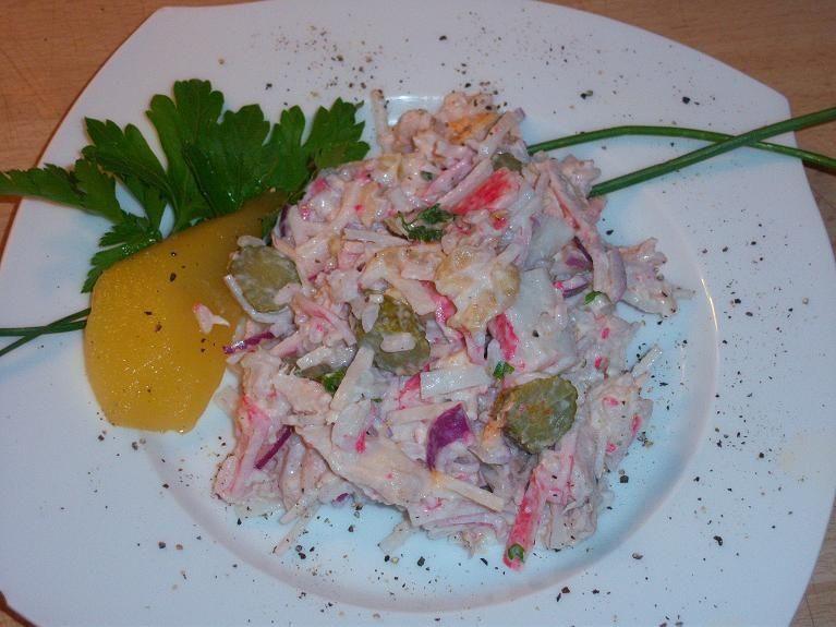 salatka z  paluszkami krabowymi