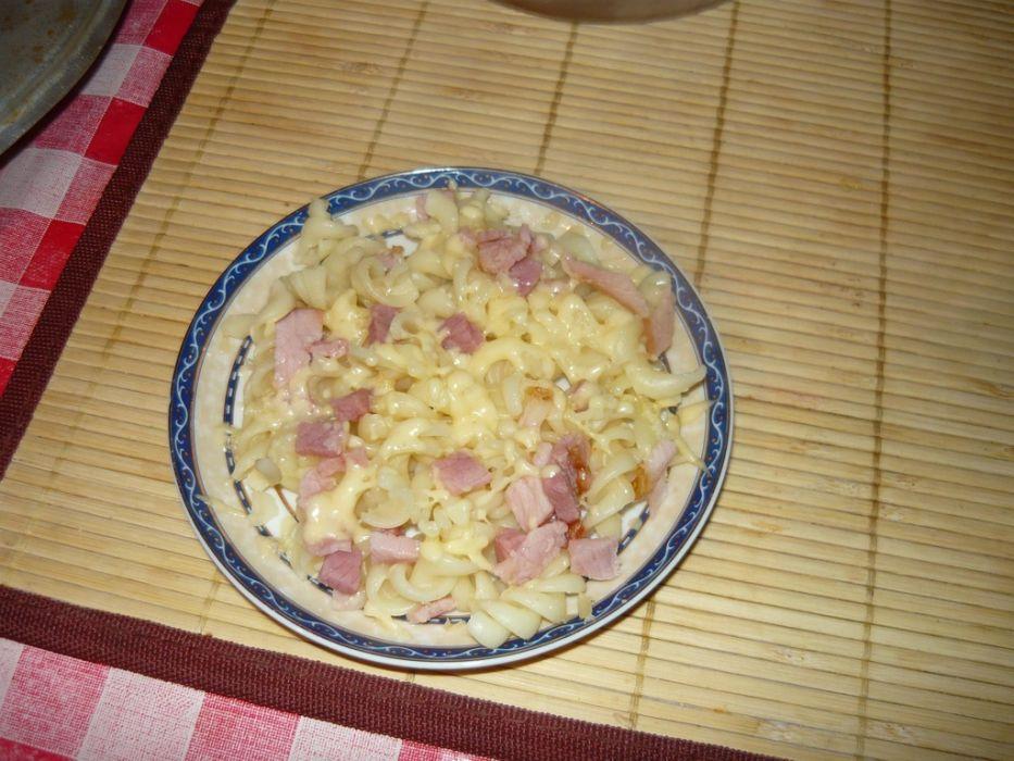 Makaron zapiekany z serem żółtym i szynką