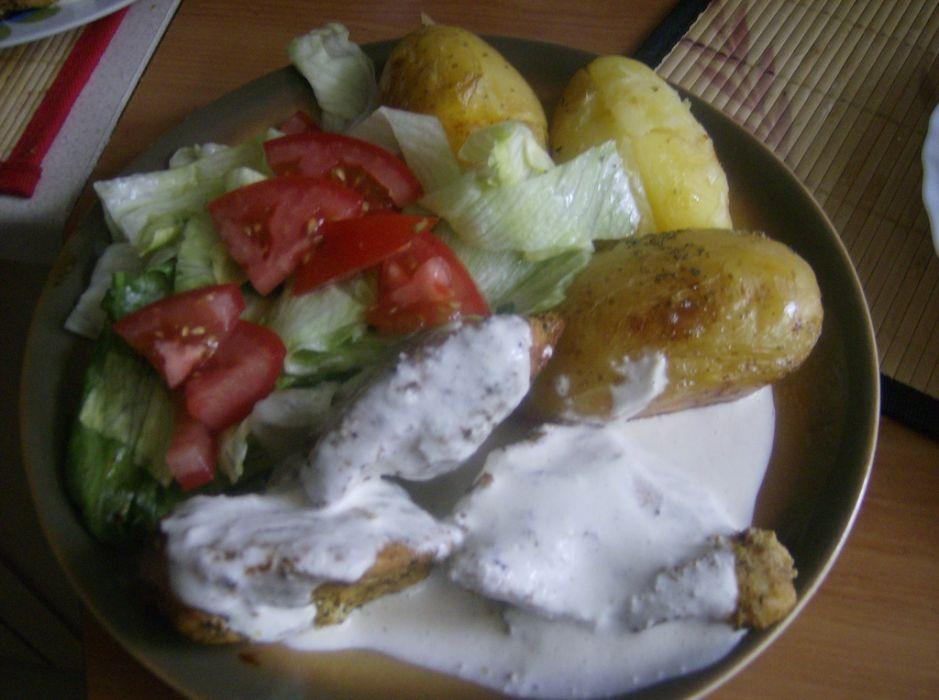 Pierś z kurczaka z pieczonymi ziemniakami i sałatką grecką