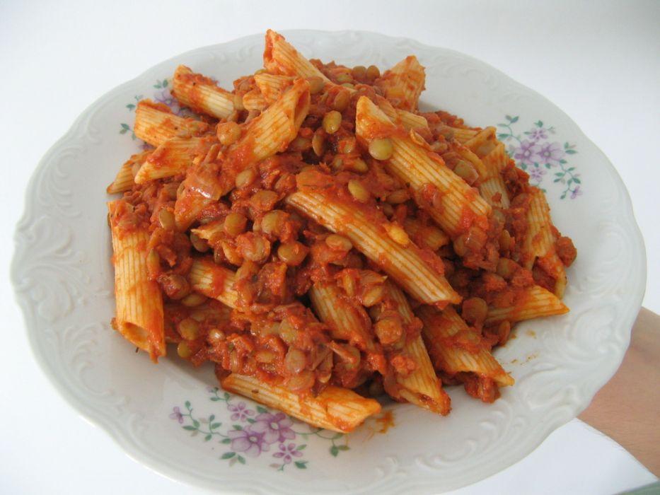 Makaron z soczewicą w sosie pomidorowym