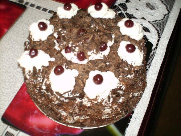 Tort czekoladowy z bitą śmietaną i wiśniami