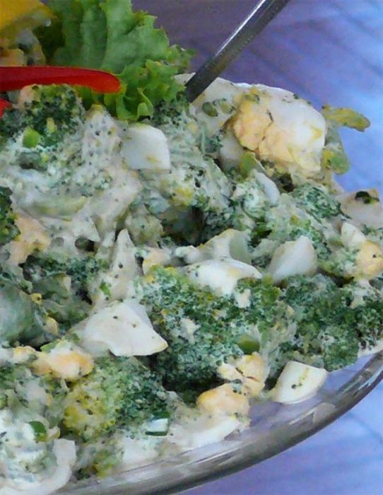 Sałatka z brokułem i jajkiem 2