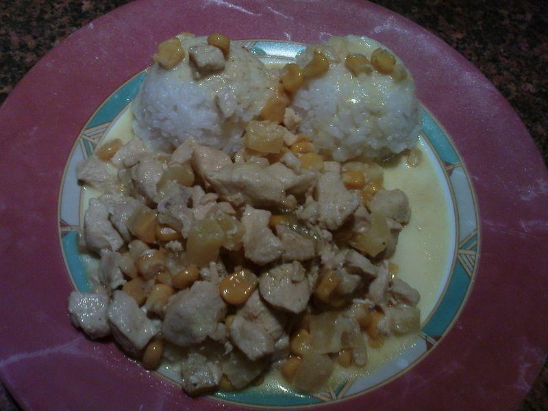 Kurczak w sosie curry z ananasem.