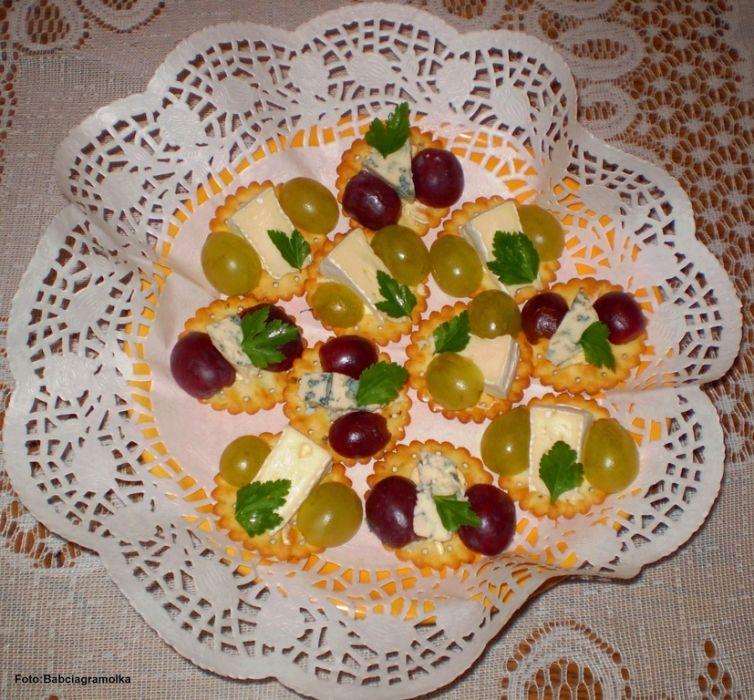 Camembert i Roquefort na krakersach z winogronami :