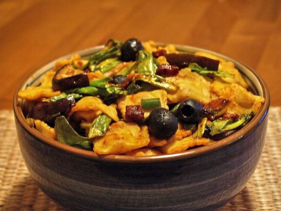 sałatka z ravioli z serem