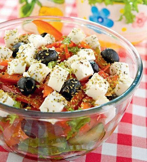 Sałatka grecka z czarnymi oliwkami