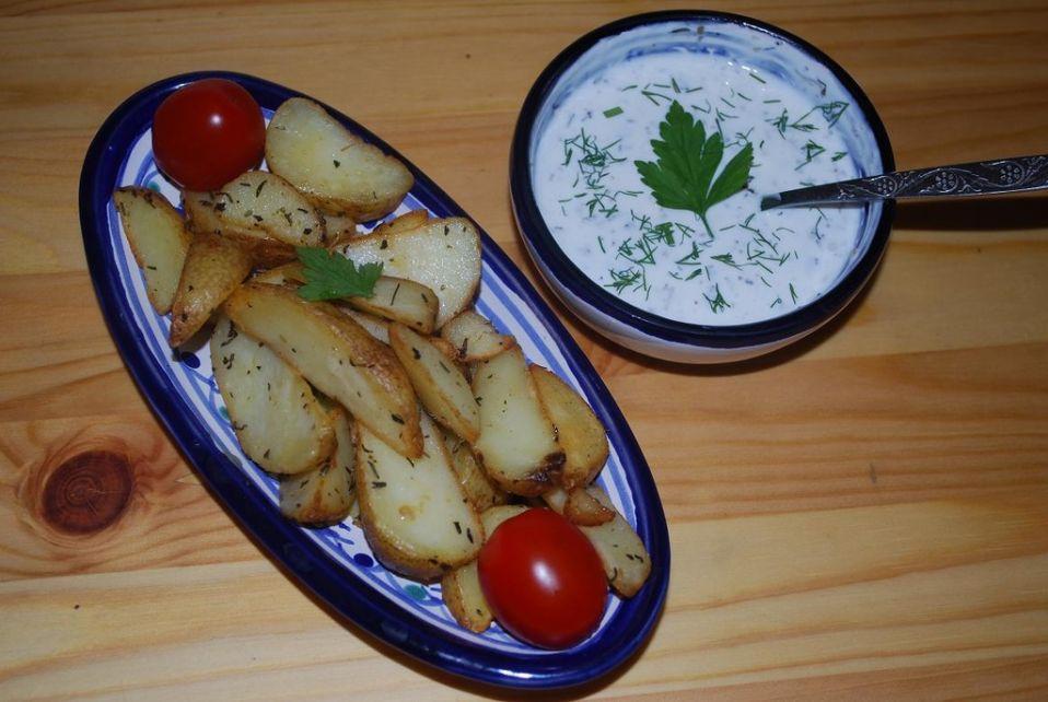 Ziemniaczki łódeczki z sosem jogurtowo - czosnkowym